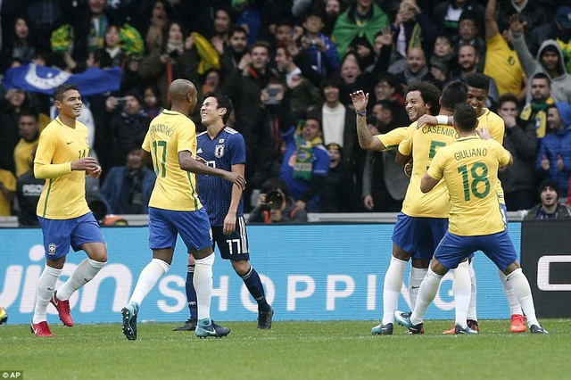Marcelo ăn mừng bàn thắng nâng tỷ số lên 2-0 cho Brazil ở phút 17