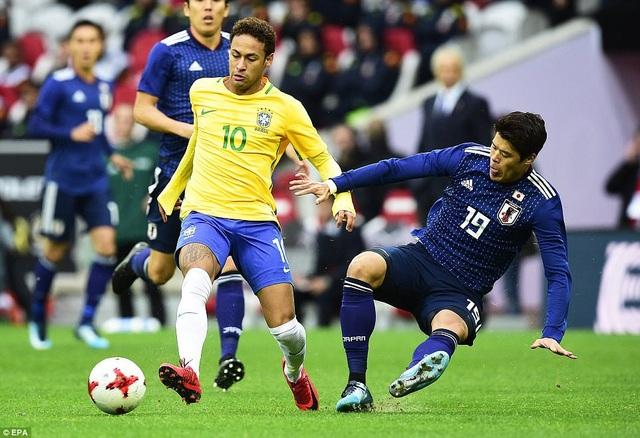 Neymar đi bóng trong sự truy cản của Hiroki Sakai bên phía Nhật Bản