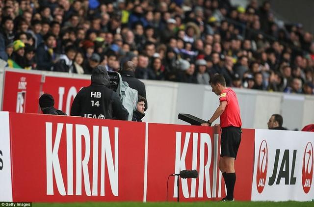 Trọng tài Benoit Bastien sử dụng công nghệ VAR (xem lại tình huống) trong trận đấu này