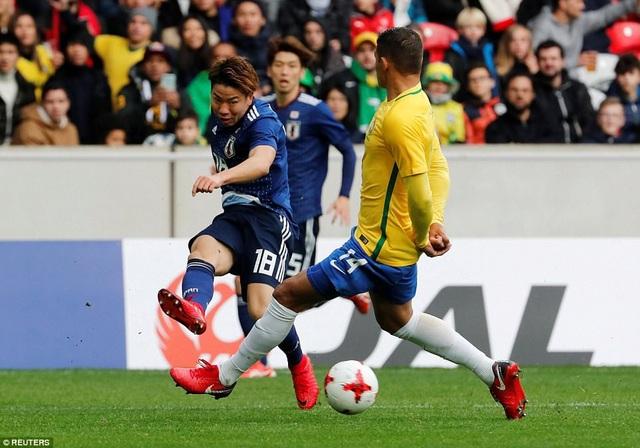 Takuma Asano trong nỗ lực tranh chấp với Thiago Silva bên phía Brazil
