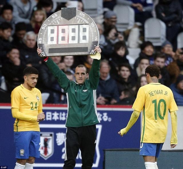 Neymar rời sân ở cuối trận