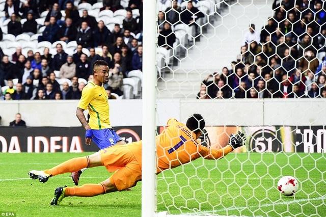 Ngôi sao Man City, Gabriel Jesus trong tình huống đánh bại thủ môn Kawashima để ghi bàn thắng thứ hai