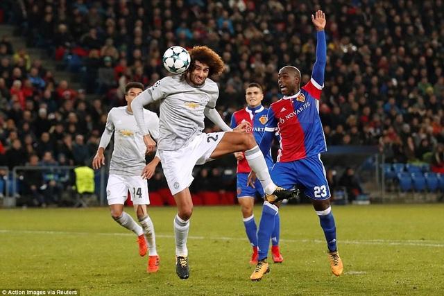 Fellaini (giữa) bỏ lỡ khá nhiều cơ hội ghi bàn