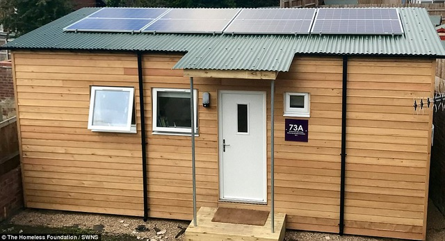 Một thanh niên có tên Kieran Evans (18 tuổi) đã trở thành người đầu tiên chuyển vào sống trong căn hộ mini tiện ích hiện đại được xây dựng thử nghiệm trong dự án giúp đỡ người vô gia cư tại Anh. Căn hộ mini này hiện đang rất thu hút sự quan tâm của công chúng.