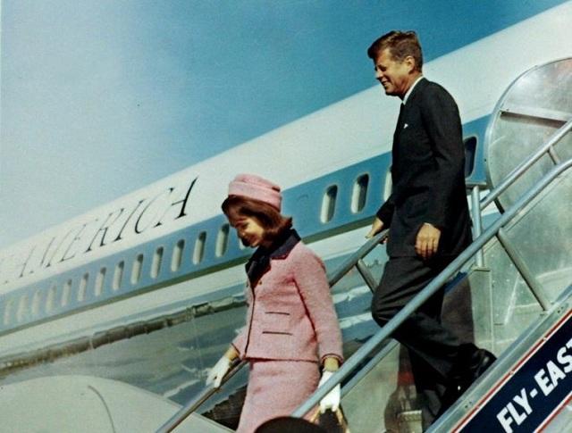 Ông Kennedy cùng vợ bước xuống từ chuyên cơ Air Force One khi đến sân bay Love Field một giờ trước vụ ám sát diễn ra