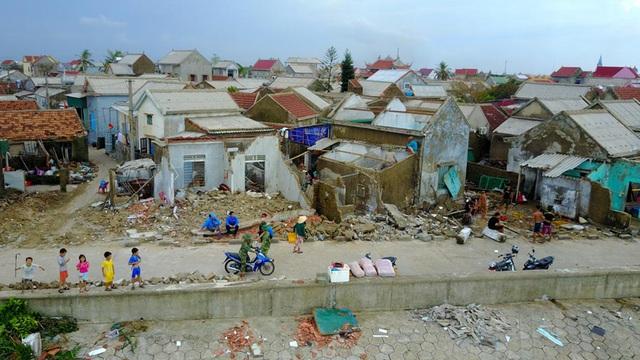 Nằm trong vùng ảnh hưởng trực tiếp của sơn bão số 10, nhiều khu dân cư ven biển thuộc xã Cẩm Nhượng (Cẩm Xuyên, Hà Tĩnh) chịu thiệt hại nặng nề. Nhiều ngôi nhà mặt biển bị đánh sập, đồ đạc vật dụng hư hỏng, đẩy cuộc sống người dân vào cảnh màn trời chiếu đất.