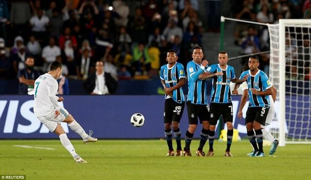 ... sau cú sút phạt ghi bàn siêu đẳng của C.Ronaldo