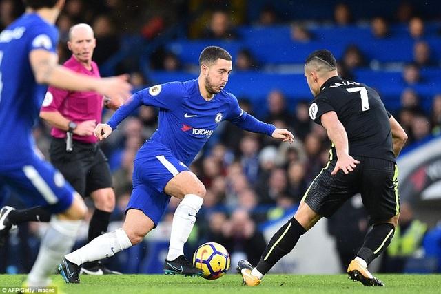 Hazard (giữa) trong nỗ lực đi bóng vượt qua sự truy cản của cầu thủ Kayal (phải) bên phía Brighton
