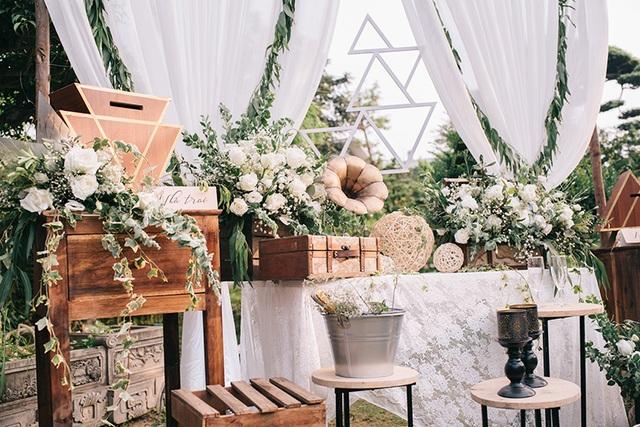 Đám cưới ngoài trời của Hồng Quân và Thu Quý được thiết kế tỉ mỉ với ý tưởng xuyên suốt là biểu tượng tam giác cân.
