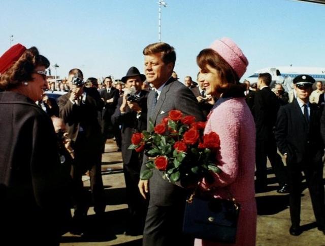 Ông Kennedy được đón tiếp nồng hậu, thậm chí cánh phóng viên còn được lại gần để chụp ảnh