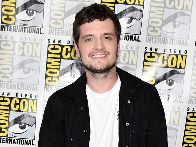 """Nam diễn viên Josh Hutcherson đóng cặp với nữ diễn viên Jennifer Lawrence trong loạt phim điện ảnh """"The Hunger Games"""" (Đấu trường sinh tử) nhưng kỳ thực Josh mới chỉ 24 tuổi, kém Jennifer 3 tuổi. Khi bước ra khỏi loạt phim, hai diễn viên đã trở thành… """"chị em tốt""""."""