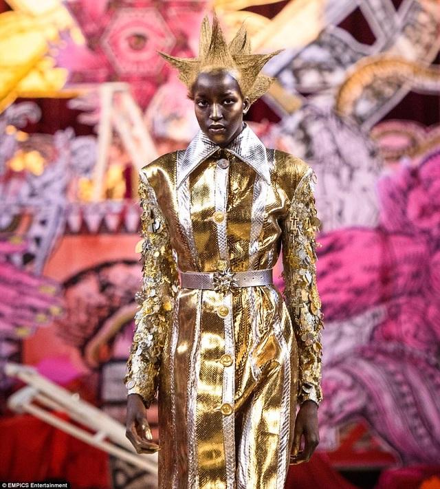 Mỗi sự xuất hiện của người mẫu trên sàn catwalk đều là một bất ngờ đối với người xem.