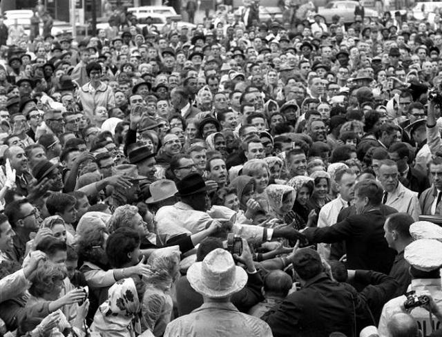 Tổng thống Kennedy thân thiện chào hỏi người dân gần bãi để xe của khách sạn Texas vào ngày 22-11-1963