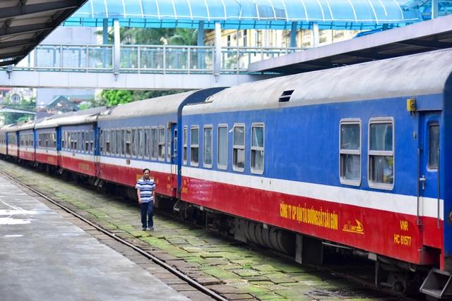 Một đoàn tàu đỗ trong sân ga Hà Nội.     Theo ông Vũ Văn Viện, Giám đốc Sở GTVT Hà Nội, tại nạn giao thông đường sắt có dấu hiệu tăng cao, đặc biệt ở những nơi có đường sắt cắt ngang. Nhiều chỗ, đường dân sinh do người dân tự ý mở cắt ngang đường sắt, không có hệ thống cảnh báo, rất nguy hiểm.