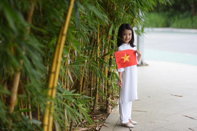 Cô bé còn quá nhỏ để hiểu như thế nào là Quốc khánh mà chỉ biết đó là một ngày lễ mà mọi người đều được đi chơi và ăn mừng.