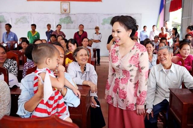 Không chỉ trao quà, Việt Hương còn chuyện trò thăm hỏi và biểu diễn văn nghệ phục vụ bà con.