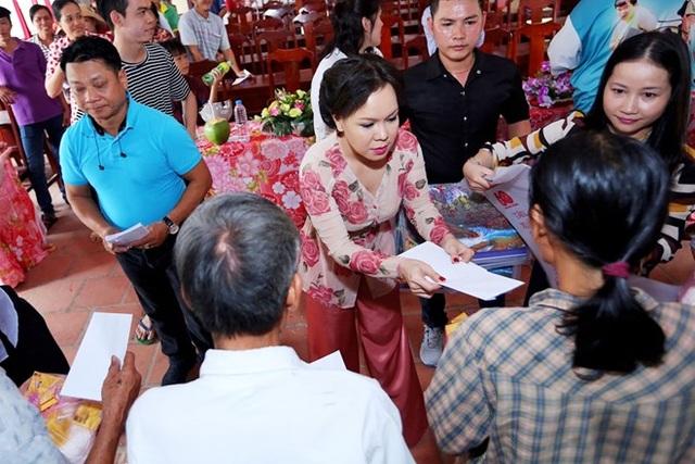 Việt Hương trao quà cho người nghèo đón Tết.