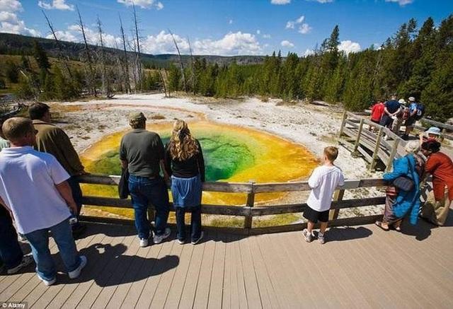 Hàng năm, các du khách vẫn ném những đồng xu xuống hồ để cầu may mắn. Chất hóa học từ các đồng xu đã khiến một số loài vi khuẩn phát triển khiến đổi màu nước.