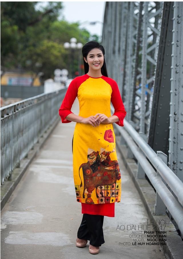 Áo dài NTK Ngọc Hân trên nền tranh họa sĩ Phạm Trinh