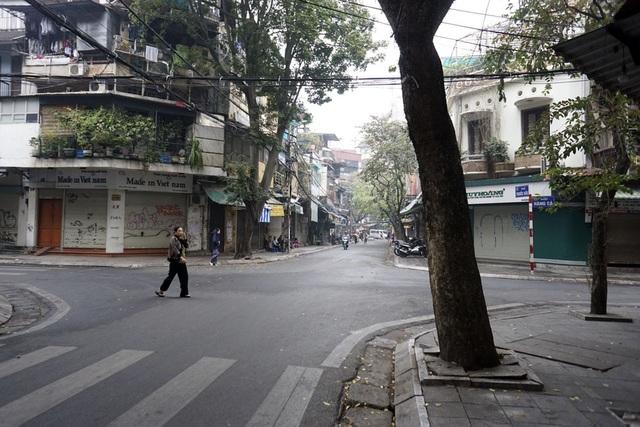 Sâu trong khu phố cổ Hà Nội, cảm giác rất giống ngày mùng Một Tết.