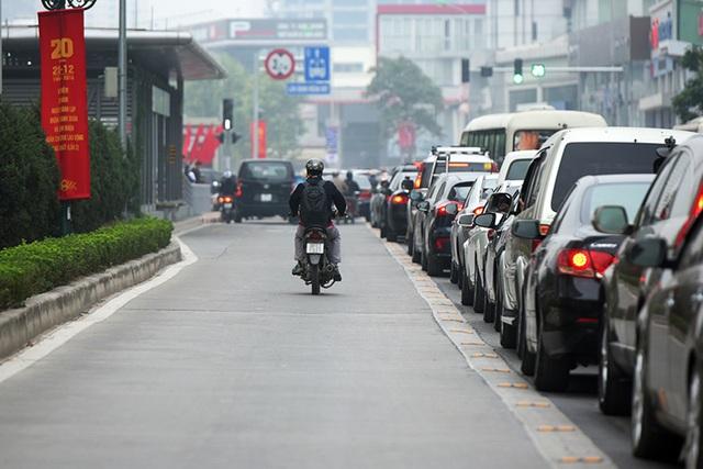 Chiếc xe máy vô tư đi vào phần đường dành riêng cho xe buýt. Việc dành riêng làn đường cho xe buýt nhanh cũng khiến phần đường cho các phương tiện còn lại hẹp đi, gây thêm ùn ứ.