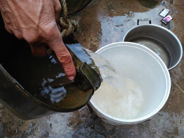 Người dân khát khao có công trình nước sạch để sử dụng.