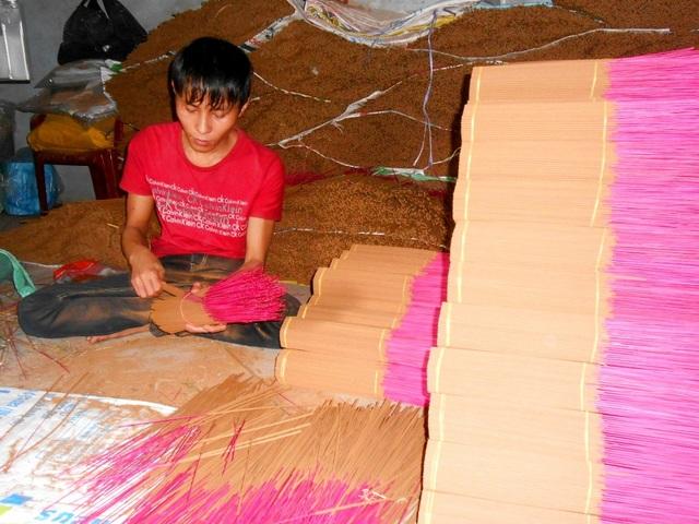 Người trộn bột, người se hương, người phơi, ai ai cũng nổ lực để hoàn thành những đơn đặt hàng, chuẩn bị đón Tết