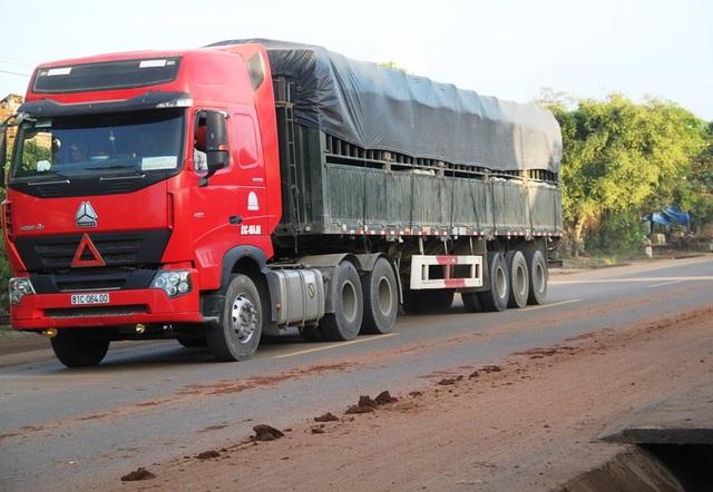 Xe chở đất vương vãi ra đường gây bụi bẩn, ô nhiễm trên tuyến QL 19 khiến nhân dân bức xúc