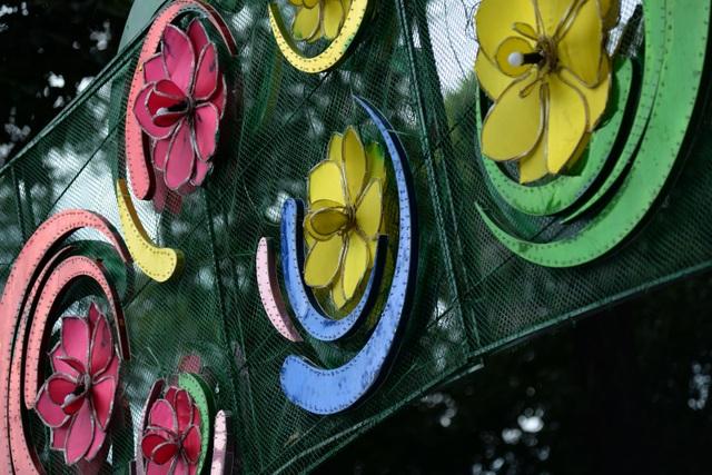 Dù công nhân đã sửa chữa lại một số chi tiết, nhưng các cánh hoa vẫn còn dính sơn loang khá xấu.