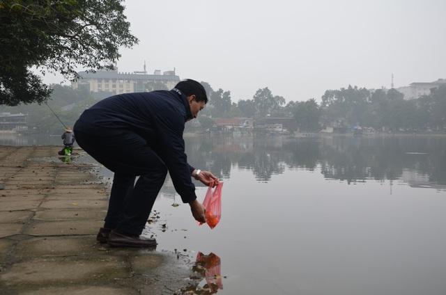 Sáng 19/1 (22 tháng Chạp), một số người dân đã mang cá chép ra thả ở hồ Thiền Quang (Hà Nội), tiễn ông Công ông Táo về trời.