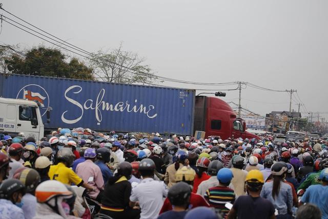Cửa ngõ Sài Gòn kẹt xe kinh hoàng gần 10 tiếng đồng hồ - 3