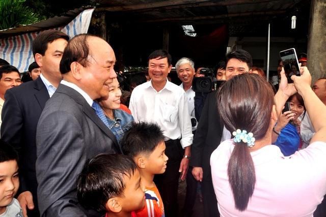 Thủ tướng vui vẻ chụp hình với người dân thị xã Điện Bàn