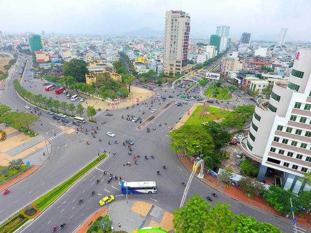 Dù thời tiết những ngày cuối năm nhiều mây mù và có mưa nhưng nhìn từ trên cao, Đà Nẵng rất xanh trong