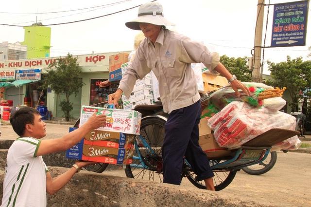 Những ngày cận Tết là thời điểm ông Hùng tranh thủ chạy xe tích góp từng đồng bạc lẻ giúp gia đình đón Tết