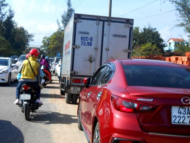 Xe ô tô được điều chỉnh sang đỗ hướng khác để nhường đường, tránh tình trạng ùn tắc như năm ngoái