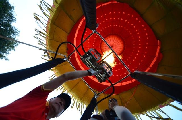 Phi công sử dụng lửa ga để bắn tạo áp suất đẩy khinh khí cầu bay lên.