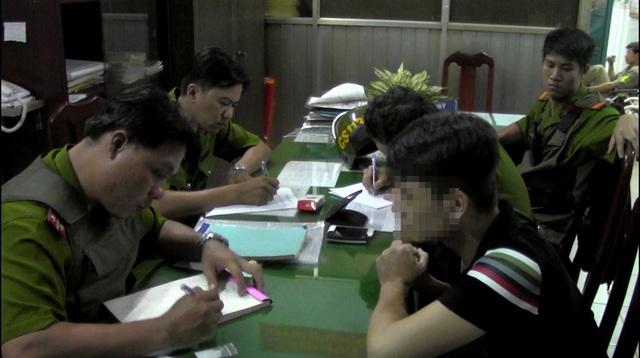 Thanh niên gây rối trật tự công cộng bị Cảnh sát 113 đưa về trụ sở làm việc.