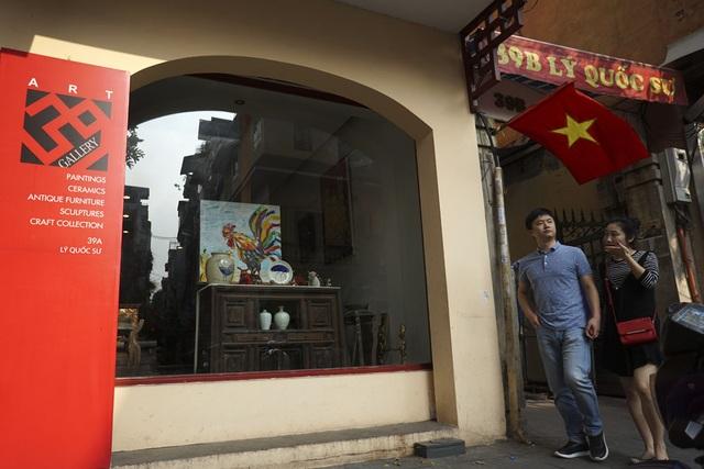 Bức tranh gà được trưng bày tại phòng tranh của một họa sỹ phố Lý Quốc Sư.