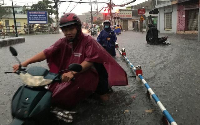 Mưa trái mùa cực lớn, kéo dài nhiều giờ chiều mùng 6 Tết ở Sài Gòn - 11