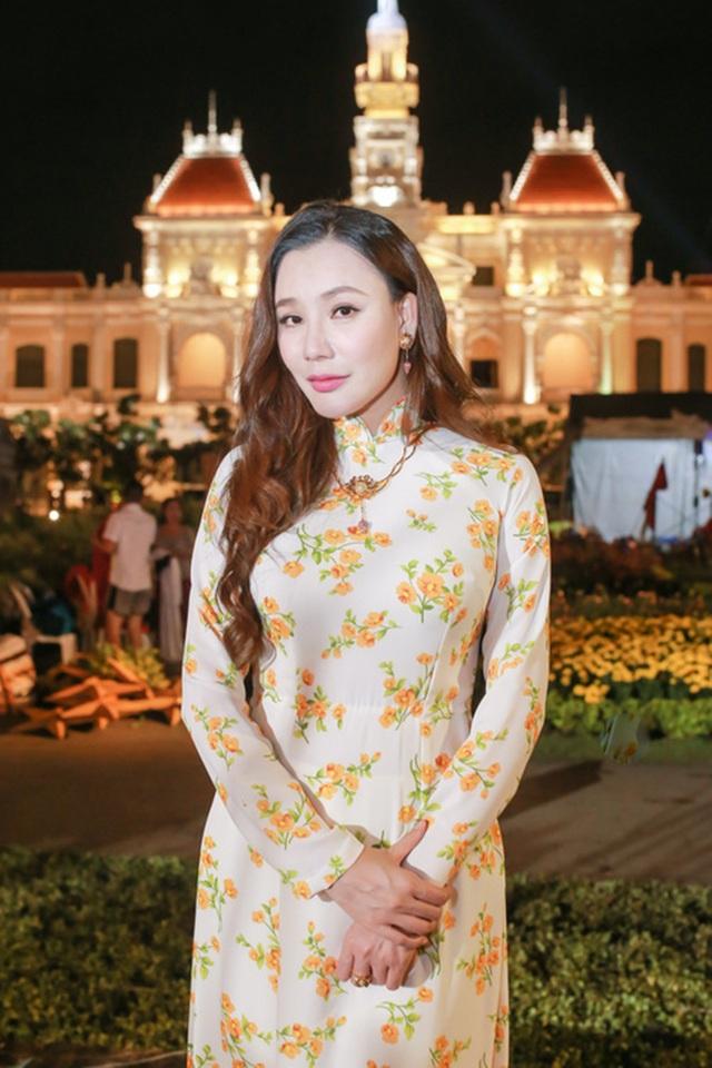 Hồ Quỳnh Hương diện áo dài tông trắng họa tiết hoa trải khắp thân áo. Cô kết hợp cùng bộ trang sức đính kết hình hoa sen với ý nghĩa đón một năm mới bình an, hạnh phúc cho mình và mọi người.