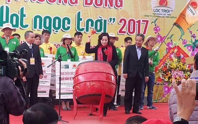 Bà Nguyễn Thị Thanh, Bí thư Tỉnh ủy Ninh Bình đánh trống khai mạc lễ hội xuống đồng năm 2017 tại huyện Kim Sơn.