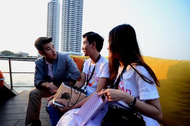 Chàng tài tử bất ngờ khi được biết hai bạn sinh viên này đã lập kế hoạch gặp mình từ hai năm qua và miệt mài… học tiếng Thái để được trò chuyện cùng mình.