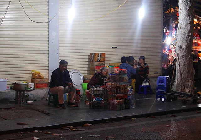 """Hà Nội: Hàng quán """"bủa vây"""" lòng đường, vỉa hè trong đêm - 5"""