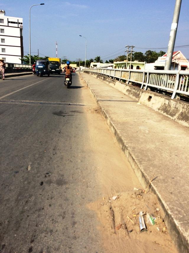 Sau khi có người dân phản ánh với một đồng chí lãnh đạo TP Cần Thơ, rác trên cầu Cái Sơn được quét gom lại thành từng đống