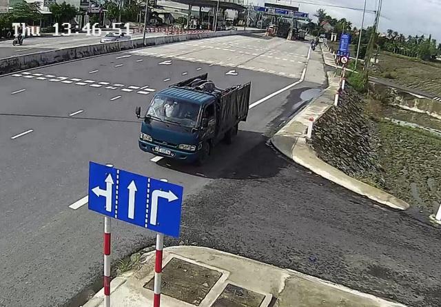 Xe tải chở hàng cũng ngược chiều