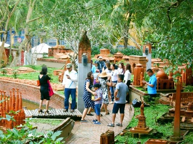 Làng gốm Thanh Hà thu hút du khách với các dịch vụ tham quan, tìm hiểu lịch sử, tập làm gốm cùng nghệ nhân