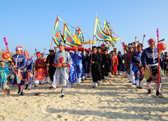 Đoàn rước thực hiện xong nghi lễ và rước thần về lăng Ông, đi đầu là Tổng lệnh của đội múa gươm, tay cầm trống điều khiển đội gươm đi theo hầu thần