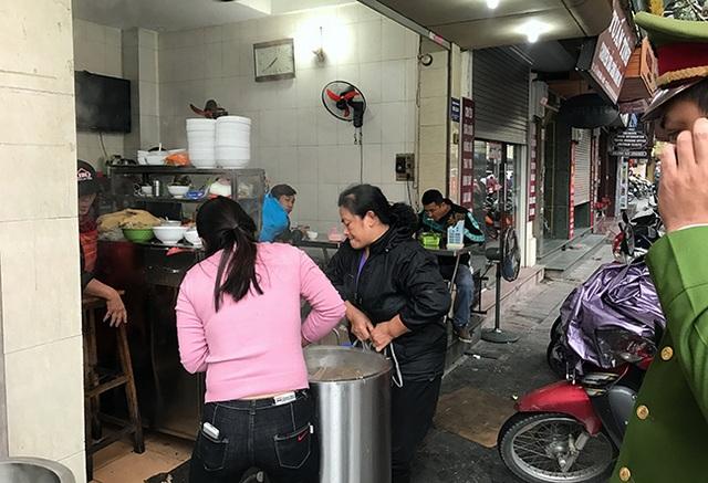 Từ hơn 7h sáng nay, lực lượng công an cấp phường ở quận Hoàn Kiếm đã chính thức ra quân giành lại vỉa hè cho người đi bộ
