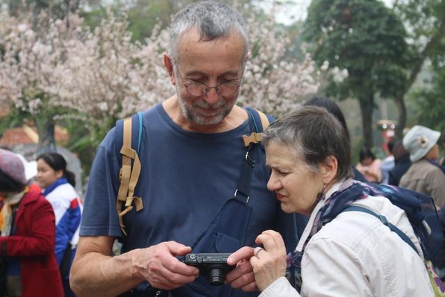 Vợ chồng ông John đến từ Mỹ đang cùng nhau xem lại những bức ảnh chụp với hoa anh đào. Ông John hào hứng cho biết, đây là lần đầu tiên ông và vợ của mình được nhìn thấy hoa anh đào. Lễ hội này đã tạo cơ hội cho vợ chồng ông cũng như nhiều du khách khác được ngắm nhìn trọn vẹn vẻ đẹp của loại hoa này mà không cần phải đến Nhật Bản