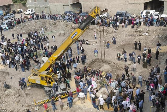 Toàn cảnh khu vực khai quật. Những khúc tượng khổng lồ được tìm thấy giờ đây sẽ được đưa đi giám định và phục chế, sau đó sẽ được khớp nối tại Bảo tàng Ai Cập ở Cairo. Sau này, khi Bảo tàng Đại Ai Cập được mở ra ở gần kim tự tháp Giza, tượng sẽ được đưa tới đó trưng bày.